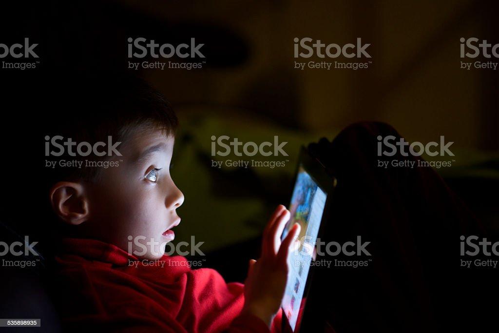 Kind im dunklen überrascht mit tablet father's – Foto