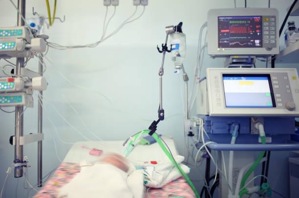 kind in de pasgeboren intensive-care - ventilator bed stockfoto's en -beelden