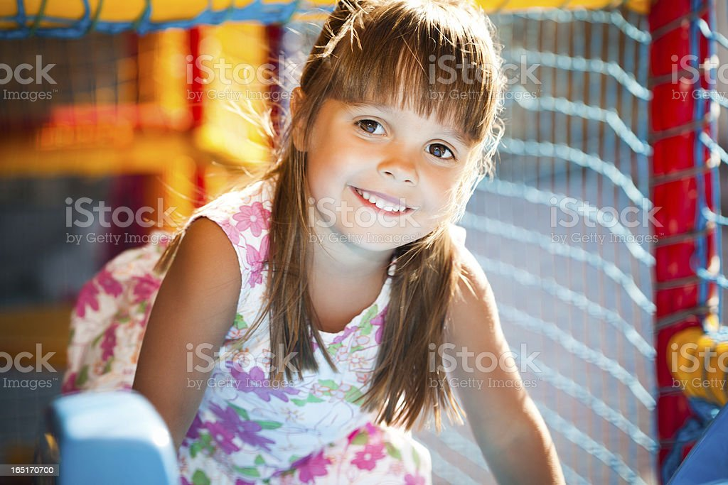 Kind auf dem Spielplatz – Foto
