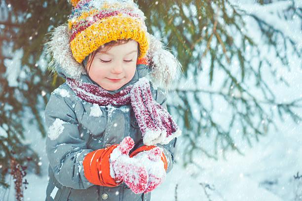 kind im winter - schneespiele stock-fotos und bilder
