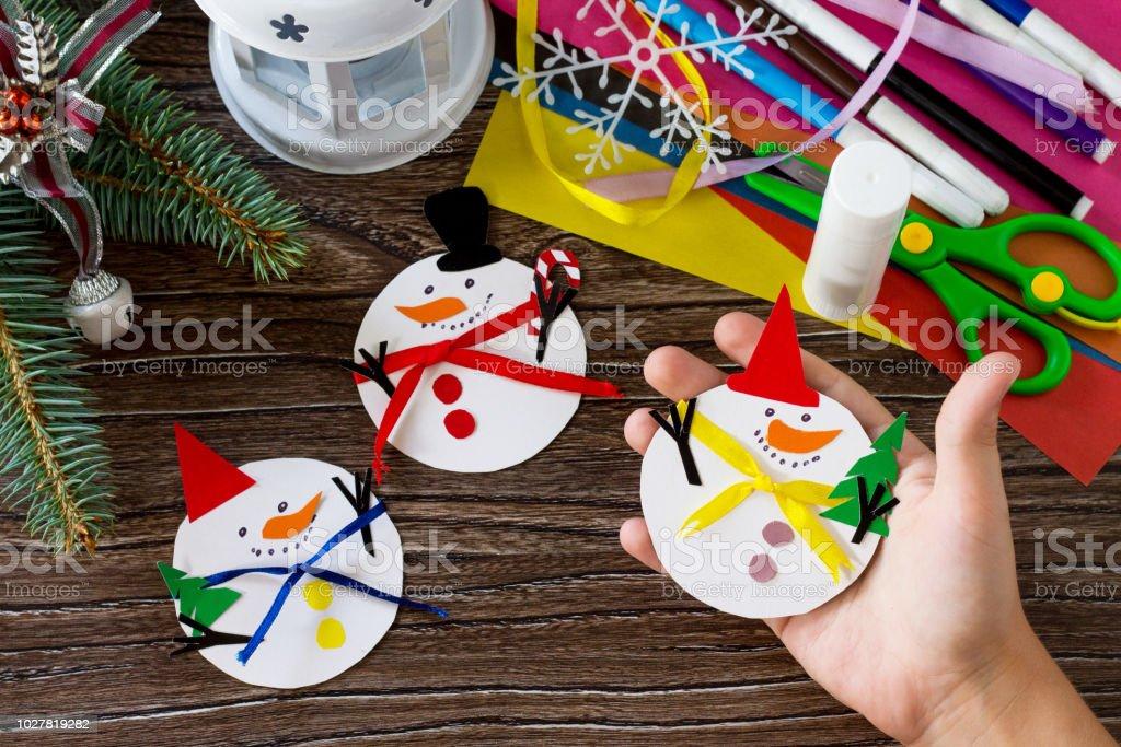 Manualidades Para Regalar A Ninos En Navidad.Un Nino Sostiene Feliz Regalo De Navidad Muneco De Nieve