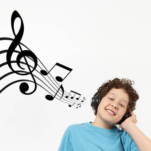 criança está ouvindo música - desenhos de notas musicais - fotografias e filmes do acervo
