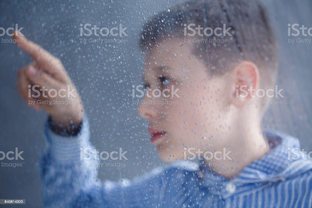 niño busca en el agua - foto de stock