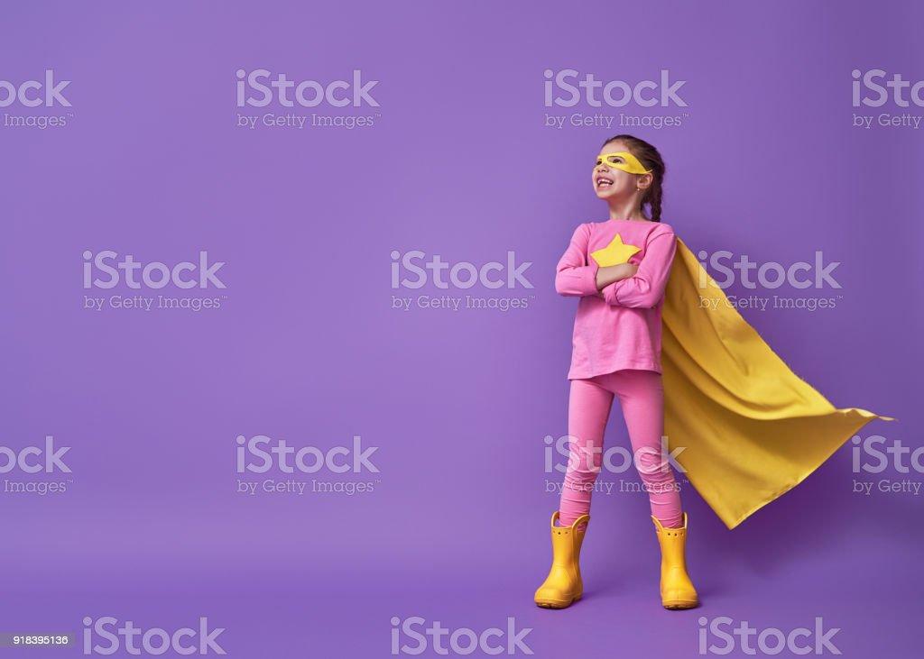 Kind spielt Superheld – Foto