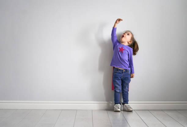 kind spielt superheld - wachstumstabelle baby stock-fotos und bilder