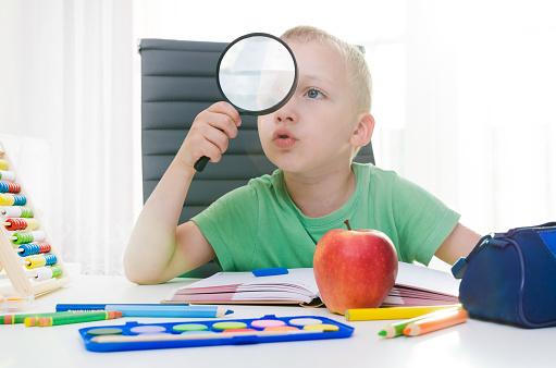 아이 돋보기 놀고 있다 가정 생활에 대한 스톡 사진 및 기타 이미지