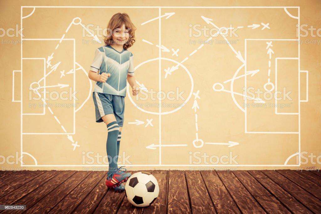 Criança está fingindo ser um jogador de futebol - Foto de stock de Autoconfiança royalty-free
