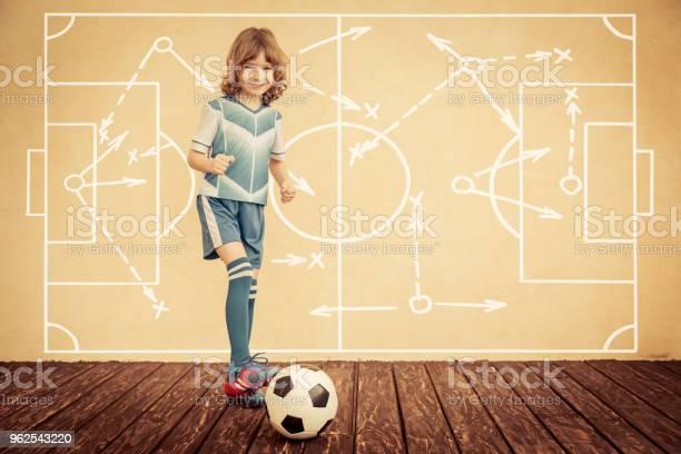 Foto de Criança Está Fingindo Ser Um Jogador De Futebol e mais fotos de stock de Autoconfiança