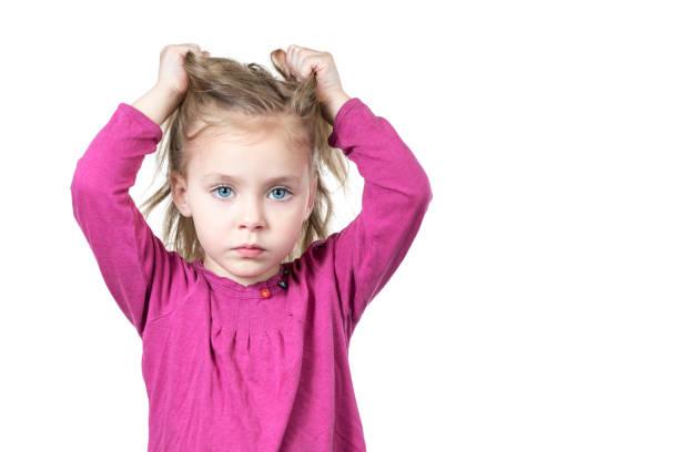 child is tearing his hair - puxar cabelos imagens e fotografias de stock