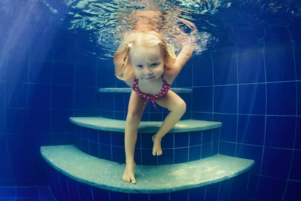 kind unter wasser ins schwimmbad springen - lustige babybilder stock-fotos und bilder