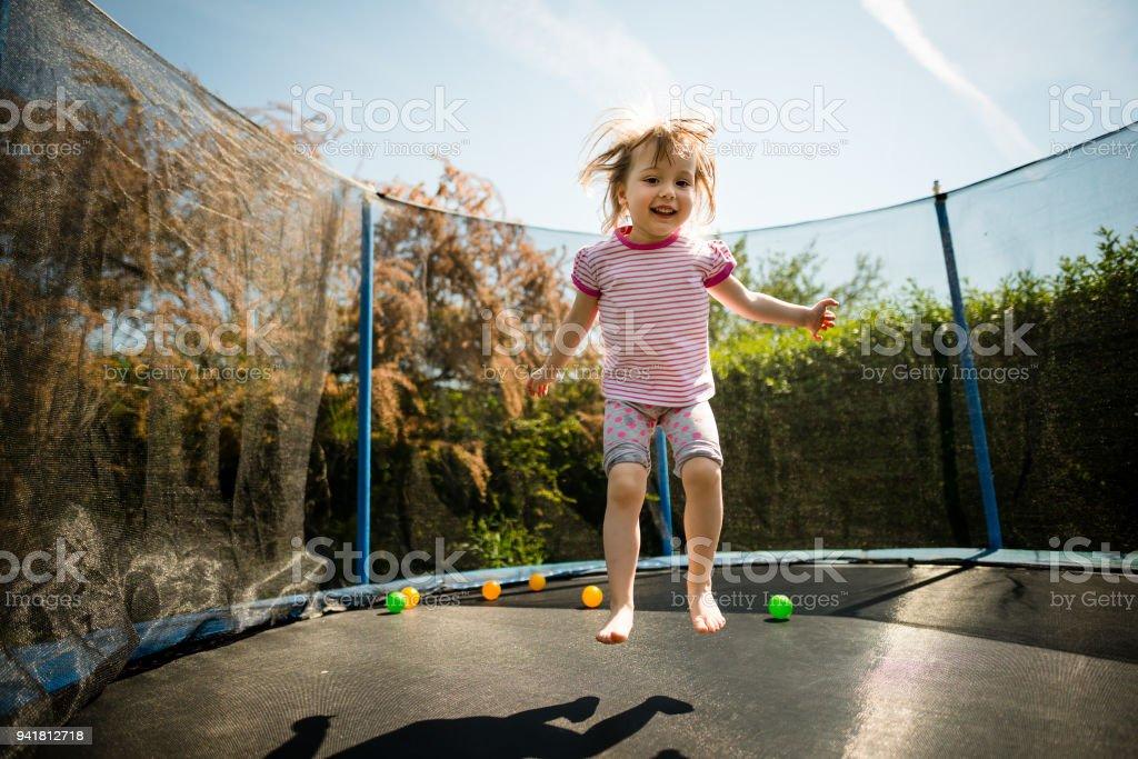 Kinder springen Trampolin – Foto