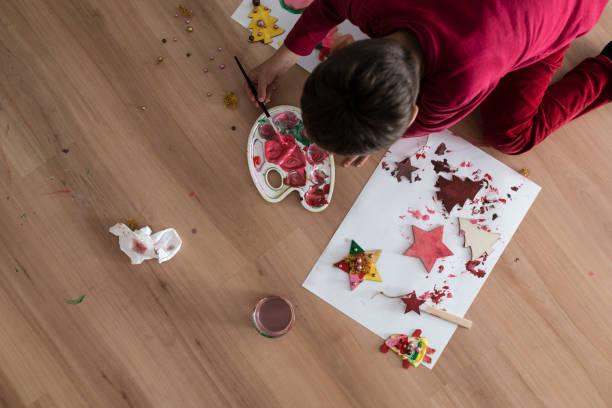 kind kniet weihnachten basteln - weihnachtsbilder zum ausmalen stock-fotos und bilder