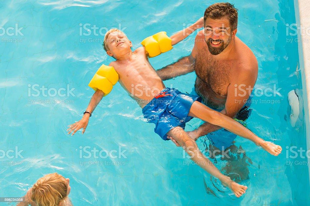 Crianças aprendendo a nadar foto royalty-free