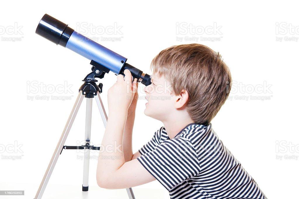 Kind auf der suche nach teleskop sternen kleine jungen stock