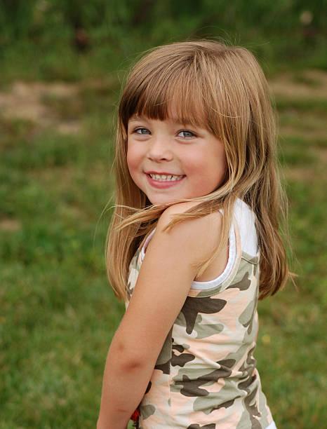 kind über ihre schulter - camouflagekleidung mädchen stock-fotos und bilder
