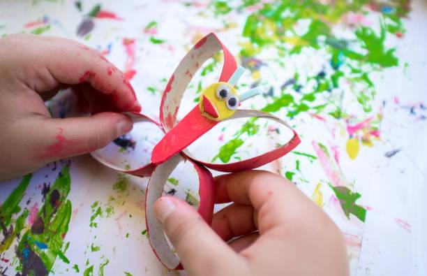 Kind macht eine Buttlerfly mit recycelten Materialien und EVA-Schaum – Foto