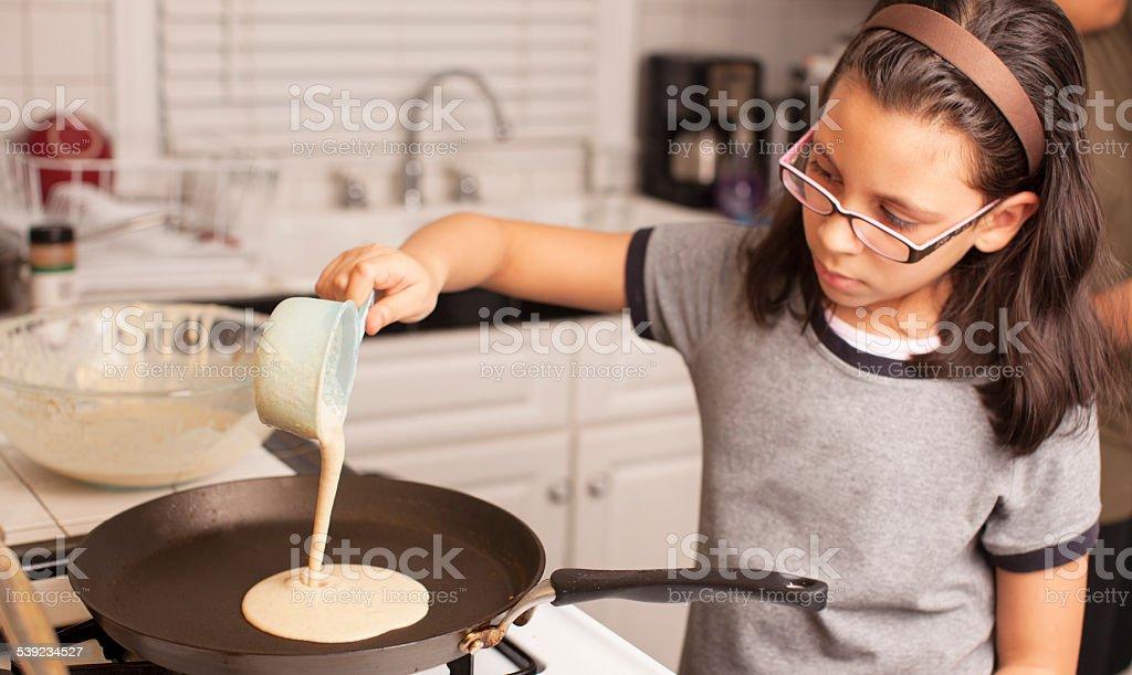 Niño haciendo desayuno foto de stock libre de derechos