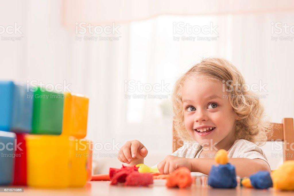 Child making toys using plasticine photo libre de droits