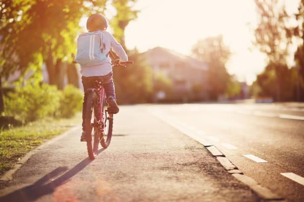 kind auf dem fahrrad - kinderfahrrad stock-fotos und bilder
