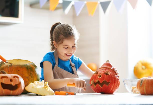 kind an halloween - schnitzmesser stock-fotos und bilder