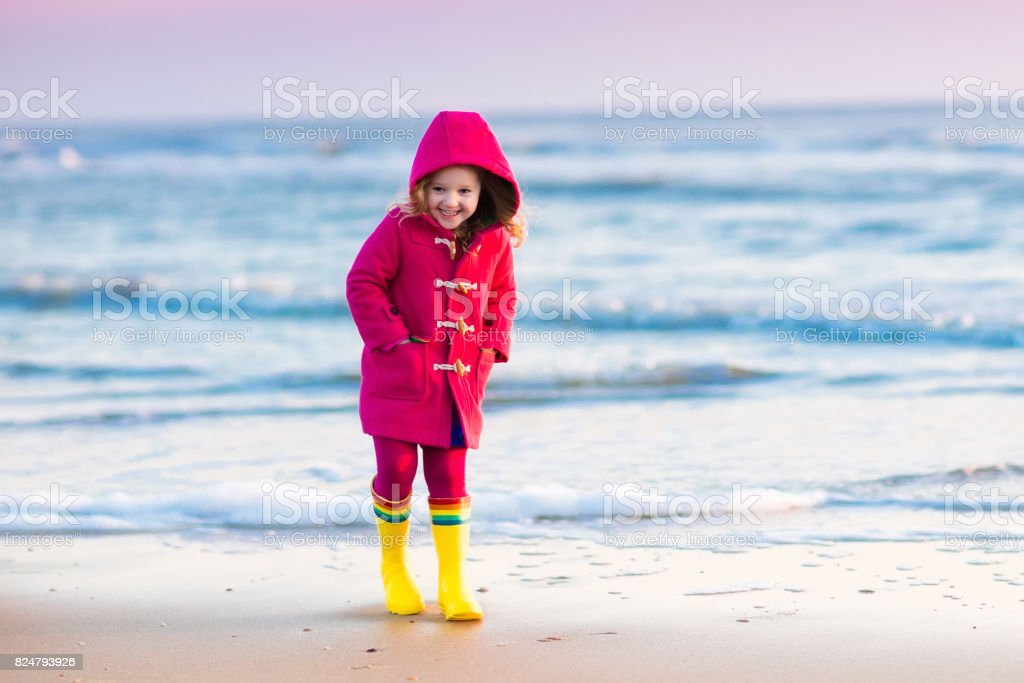 Kind op Noordzeestrand in de winter​​​ foto