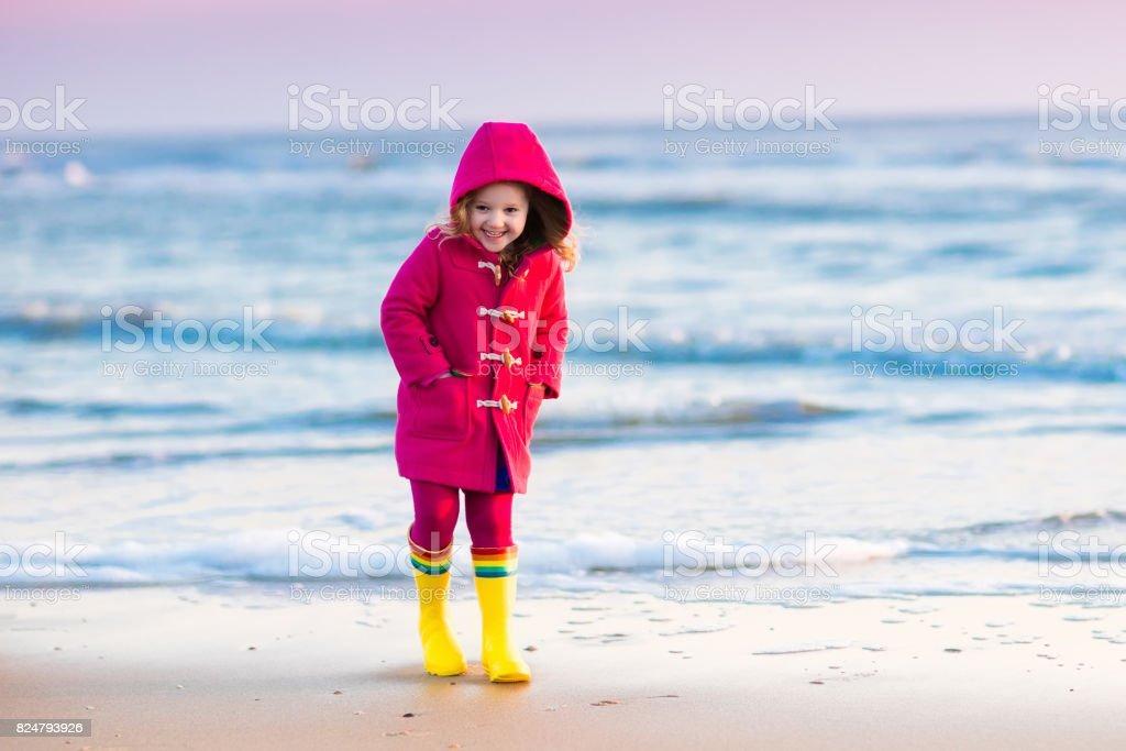 Kind op Noordzeestrand in de winter foto