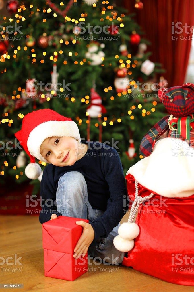 Child Opening Christmas Presents Lizenzfreies stock-foto