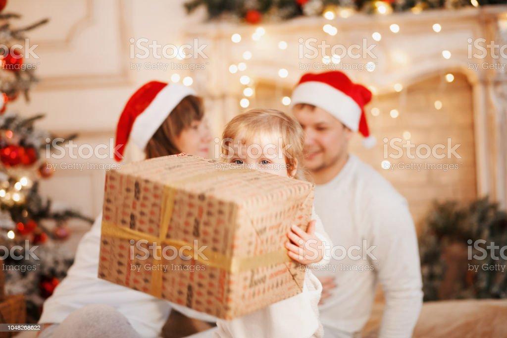 Photo libre de droit de Enfant Ouvre Le Cadeau De Noël Jeune