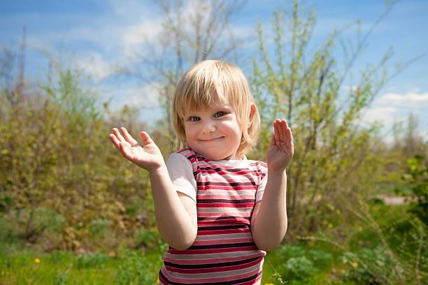 Kind im Freien in Frühling – Foto
