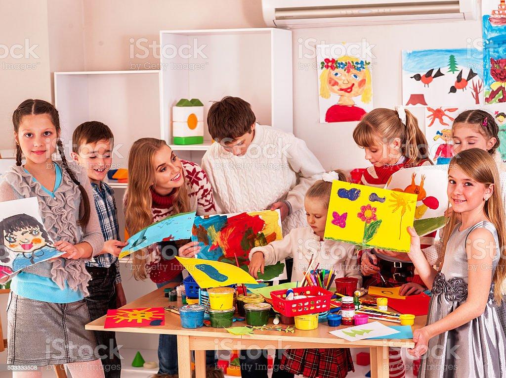 Niño pintura en la escuela de arte - foto de stock