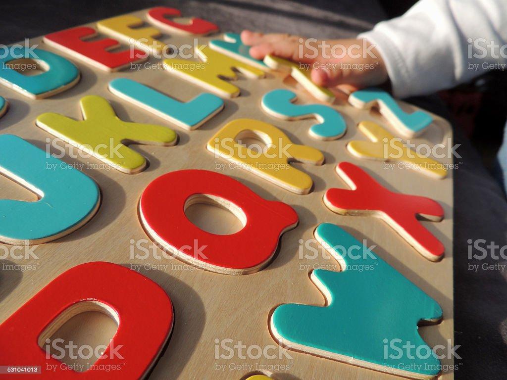 Kind spielt ABC Puzzle – Foto