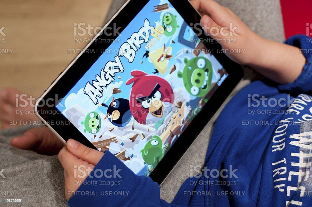 Kind spielt wütenden Vögel auf dem iPad – Foto