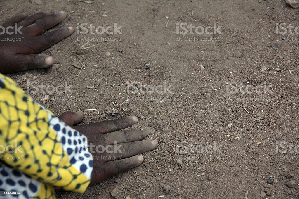 Child Playing In The Dirt foto