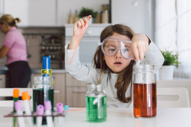 child playing science in the kitchen - eksperyment naukowy zdjęcia i obrazy z banku zdjęć
