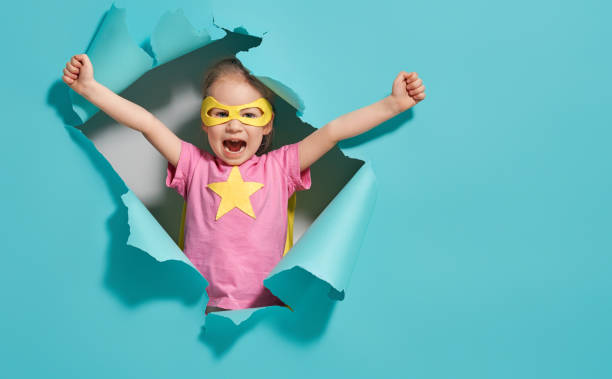 bambino che gioca supereroe - bambino foto e immagini stock