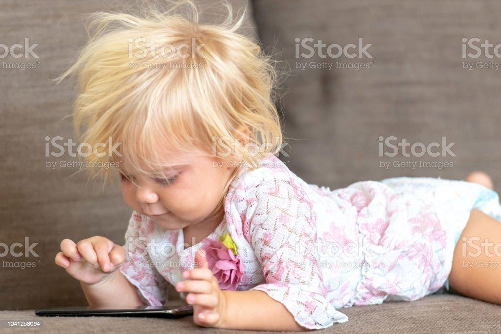 Kind spielt mit einem smart-phone – Foto