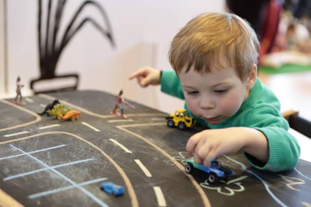 Niño jugando con coche - foto de stock