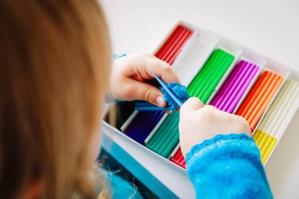 kind spielt mit lehm zierleisten formen - kindergarten workshop stock-fotos und bilder