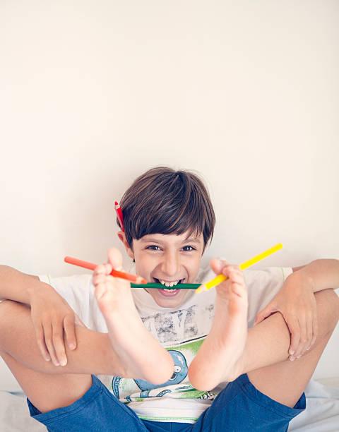 Niño jugando con Pensil en el pie - foto de stock