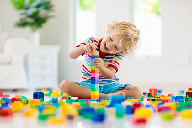 Kind mit Spielzeugblöcken. Spielzeug für Kinder. – Foto