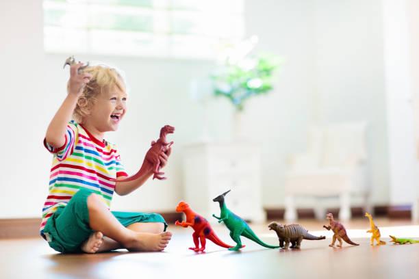 Kinderspiel mit Spielzeug-Dinosauriern. Kinderspielzeug. – Foto