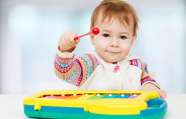 schönheit kind - lautbildungsspiele stock-fotos und bilder