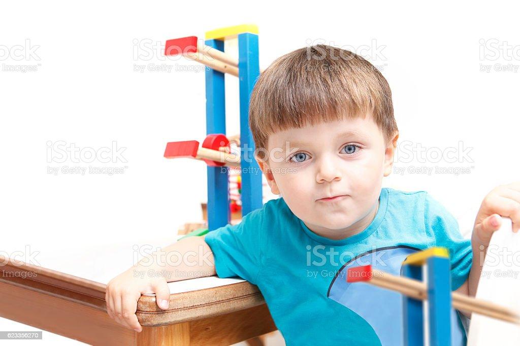 Niño jugando con juguetes - foto de stock