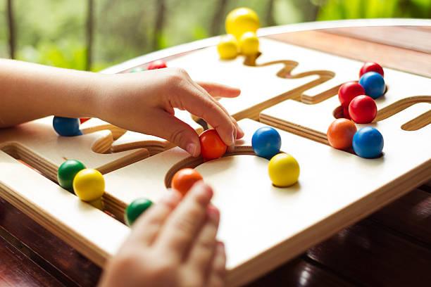 kind spielen mit holz spielzeug bord pathfinder - kinderteil stock-fotos und bilder