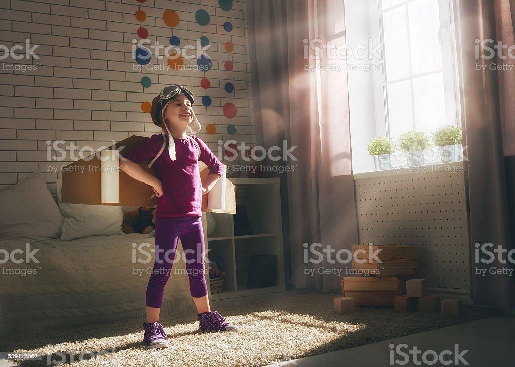 kind spielt in einem astronauten kost m stockfoto und mehr. Black Bedroom Furniture Sets. Home Design Ideas