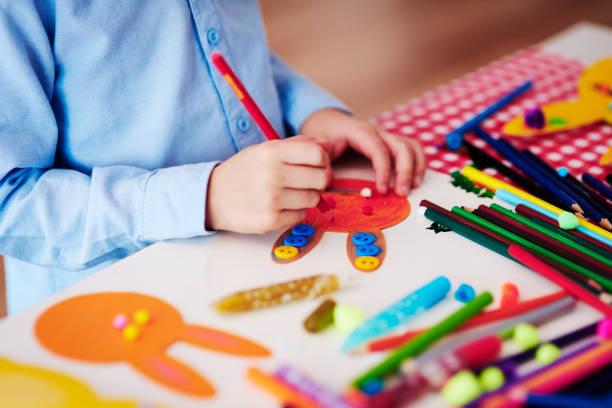 kind vorbereiten dekorationen für ostern - osterhase zeichnen stock-fotos und bilder