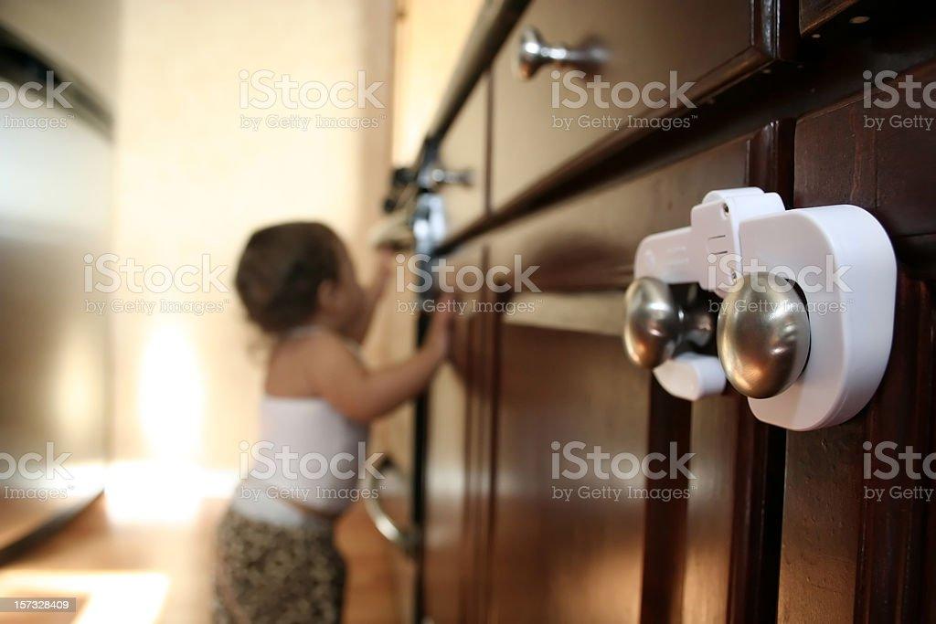 Kind hält zuverlässig Schrank – Foto