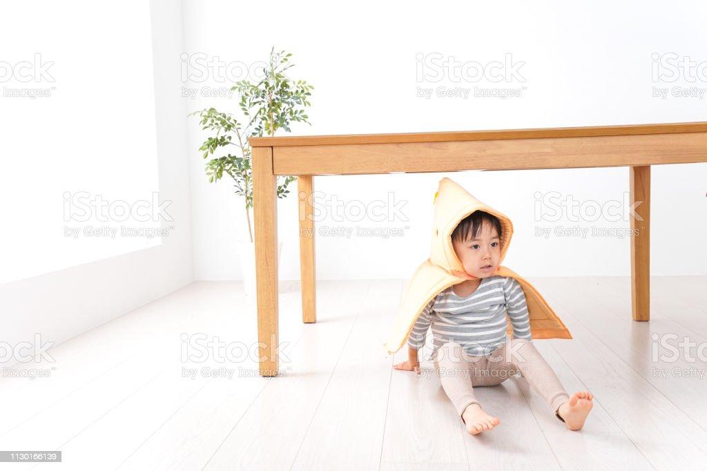 Proteger a cabeça de criança - foto de acervo