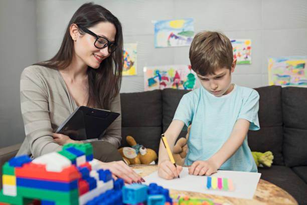 child psychologist at work - terapia alternativa foto e immagini stock