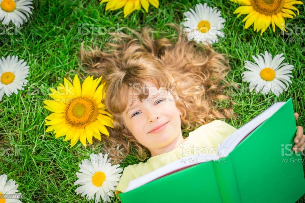 Kind im Park lesen – Foto